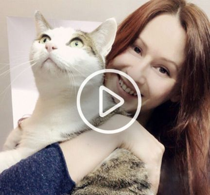 Marion Ruffié tenant son chat