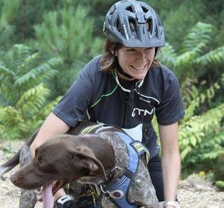 Anne Fulleringer avec son chien CaniVTT
