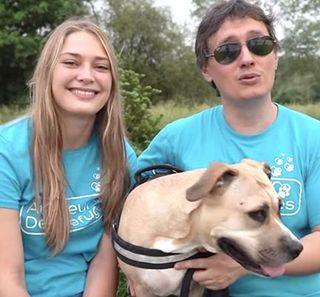 2 bénévoles d'un refuge en compagnie d'un chien