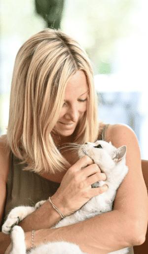 Une maîtresse tenant son chat blanc
